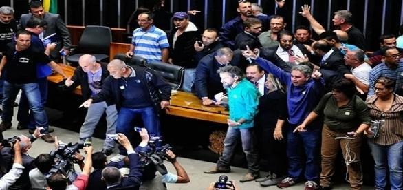 Manifestantes invadiram a Câmara dos Deputados e foram retirados pela Polícia Legislativa.