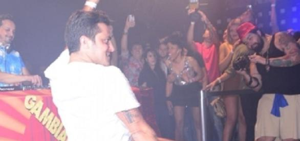 Thammy Miranda curte balada LGBT após fim do noivado