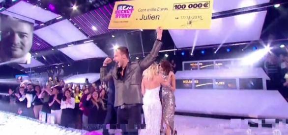 Julien a remporté le chèque de 100 000 euros, réservé au vainqueur (Capture NT1)