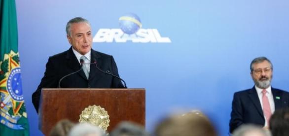 Ministro da Transparência, Torquato Jardim (ao fundo, afirma que Lava-Jato está blindada