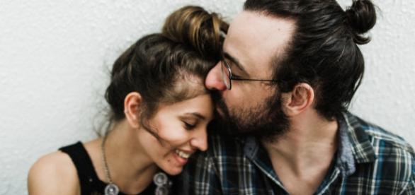 Casal apaixonado demonstrando carinho
