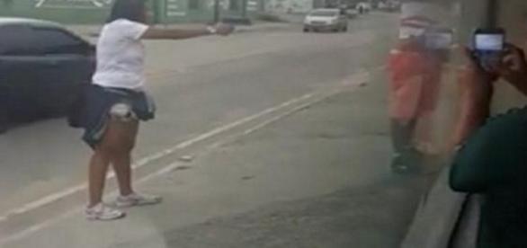 O homem não pestanejou e seguiu todas às ordens da policial