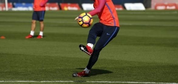 Rakitic en el último entrenamiento con el FC Barcelona, probando las nuevas botas de Adidas. (Foto: FC Barcelona)