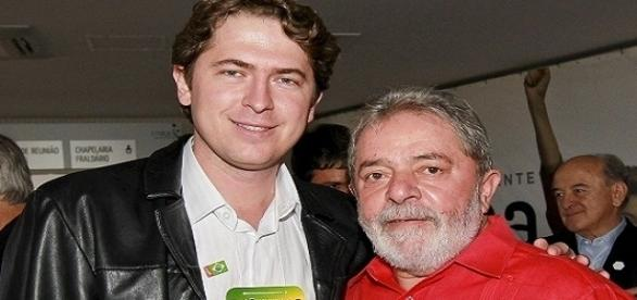 O deputado federal Zeca Dirceu, ao lado do ex-presidente Lula, celebrando a reeleição de Dilma, em 2014.