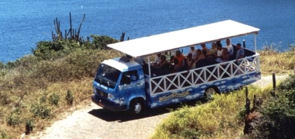 Trolley vai até os mirantes mais altos da Armação de Búzios com segurança em um veículo projetado para o passeio
