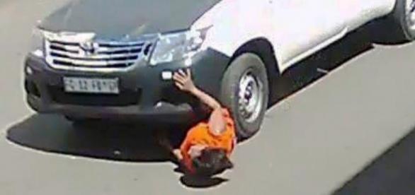 A mulher ficou presa entre a roda dianteira e carroçaria