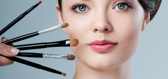 Mantenha a maquiagem firme na pele com alguns truques