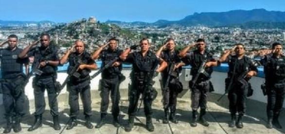 Policiais das UPP's de Fazendinha e do Alemão prestaram suas homenagens aos homens mortos.