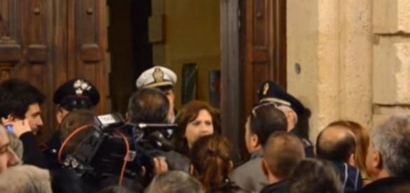 Contestazione dei cittadini siracusani ieri sotto Palazzo Vermexio
