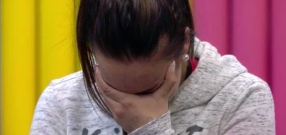 Adara llora en el vestidor tras los ataques de Bea y Simona