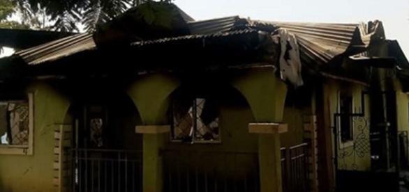 Casa nigeriana arsa de atacatori.
