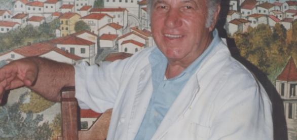 El cheff en su restaurant, al fondo mural del pueblo natal