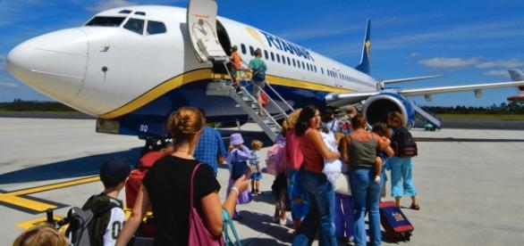 O companie de transport aerian, prezentă și în România, vrea să facă biletele gratuite