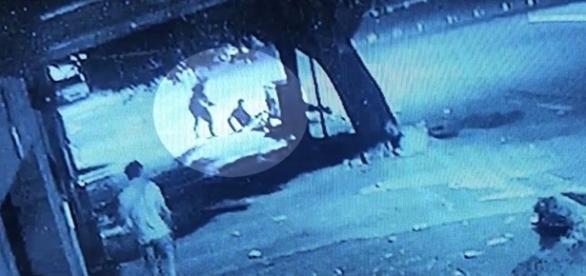 Os suspeitos foram presos pela polícia; nas cenas, é possível ver o momento do assassinato