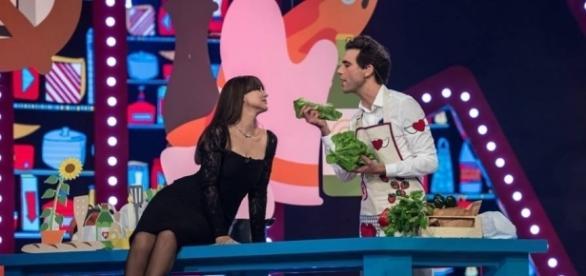 Una sensuale Monica Bellucci protagonista d un siparietto con Mika