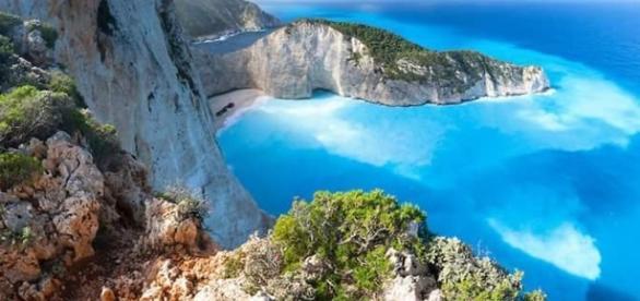Vista do alto de 'Navagio Beach', a praia mais linda do mundo na ilha de Zakynthos, Grécia