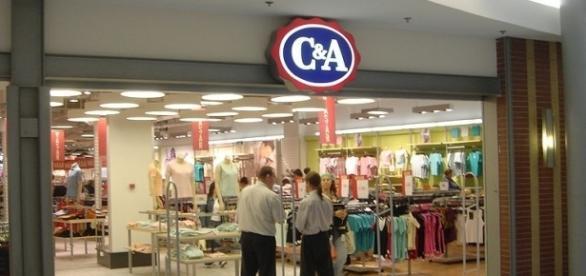 C&A abre vagas em todo o país e não exige experiência  By Stuart Caie(Flickr) [CC BY 2.0(httpcreativecommons.orglicensesby2.0)], via Wikimedia Commons