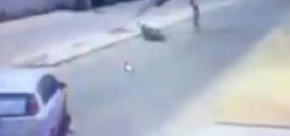 Vídeo flagra motoqueiro sendo atingido por poste após acidente no litoral do Ceará