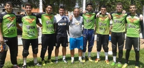 alguns dos atletas treinados na escolinha de Votorantim com treinador de goleiros do Figueirense-SC