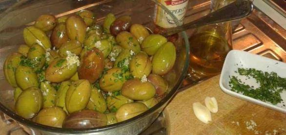 Condimento delle olive aglio, prezzemolo e olio evo