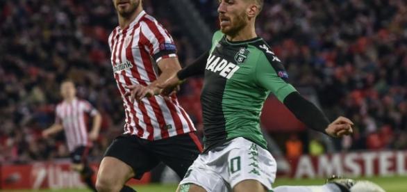 Lance del partido entre jugadores del Athletic y Sassuolo.