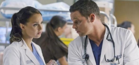 Personagens Jô Wilson e Alex Karev em Greys Anatomy, 13ª temporada.