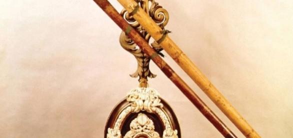 Un antiguo telescopio decorado con motivos del siglo XVI