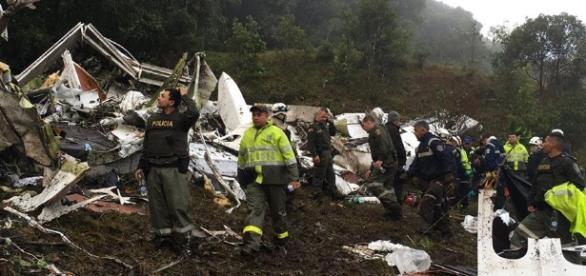 Chapecoense: fotos del rescate del avión estrellado en Colombia ... - peru.com