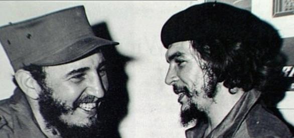 Fidel e o amigo Che Guevara lideraram a revolução socialista cubana que triunfou em 1959