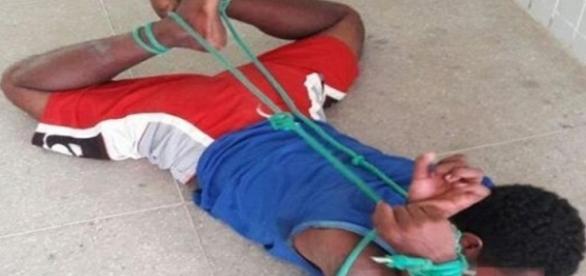Homem é amarrado com uma corda