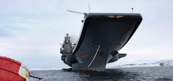 Navio de guerra russo da Frota do Norte Admiral Kuznetsov