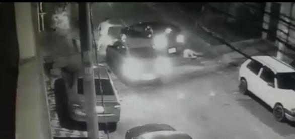 Policiais atiram contra bandidos; três morreram no local (foto reprodução)