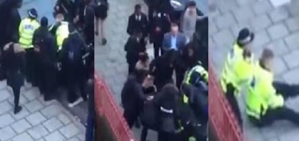 Um dos oficiais foi arrastado para a calçada, onde recebeu golpes.