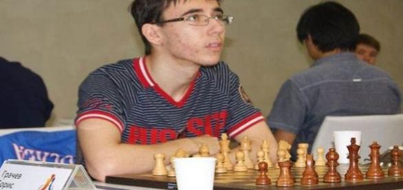 Campeão mundial de xadrez, aos 16 anos, jovem morreu ao tentar pular de uma sacada a outra (Mirror)