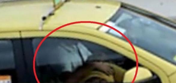 Passageira faz o que não deve em táxi - Vídeo