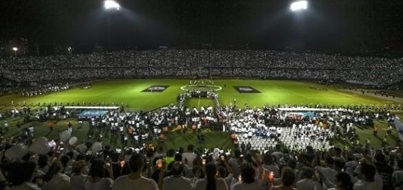 Colombianos fazem uma das homenagens mais lindas da história mundial (foto: Reprodução)