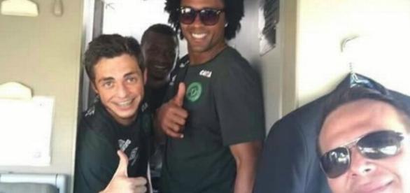 Piloto (direita) tirou 'selfie' com alguns jogadores