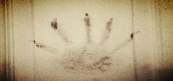 Homem diz que espírito maligno deixou a marca da mão na porta do quarto onde ele dormia (MUFON)