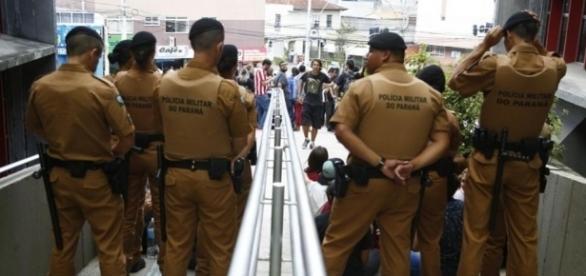 PM impediu a entrada de estudantes no prédio (Foto: Henry Milleo/Gazeta do Povo)