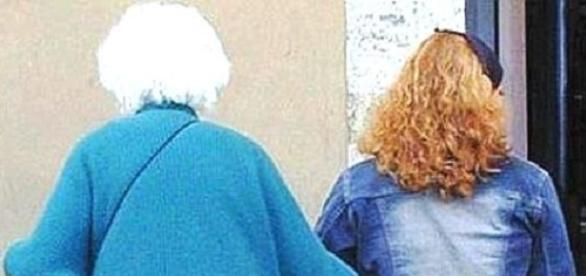 BADANTĂ româncă denunțată în ITALIA după ce A JEFUIT-O pe bătrâna de care avea grijă