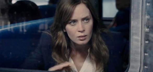 """Emily Blunt em cena de """"A Garota no Trem"""" / Imagem: Reprodução"""