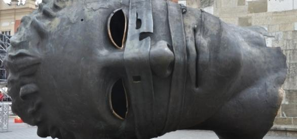 """Escultura de Igor Mitoraj, """"Eros Bendato"""" en la plaza principal de Cracovia"""