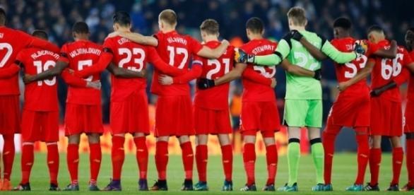 Liverpool e Leeds United homenagearam o Chapecoense (Foto: Reuters/Phil Noble)