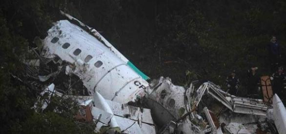 O avião não explodiu mas se desfez em três partes