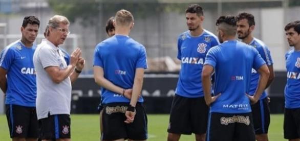 Oswaldo mantém Walter no gol e faz três mudanças no Corinthians - com.br