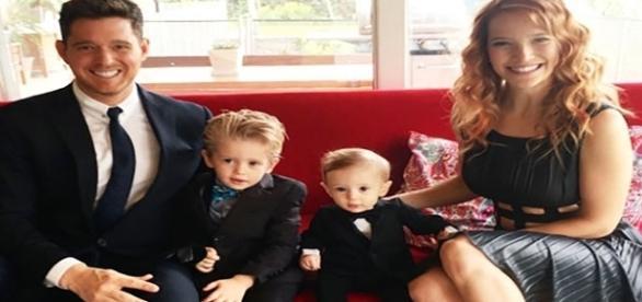 """Michael Buble e sua esposa Luisana Lopilato disseram que estão """"devastados"""" depois de seu filho de três anos, Noah, ser diagnosticado com câncer."""