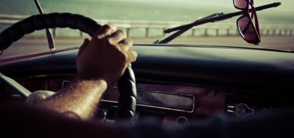 Persona conduciendo un vehículo.