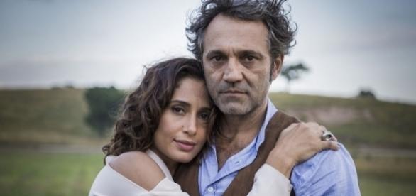 Camila Pitanga abraçada a Domingos Montagner na novela Velho Chico