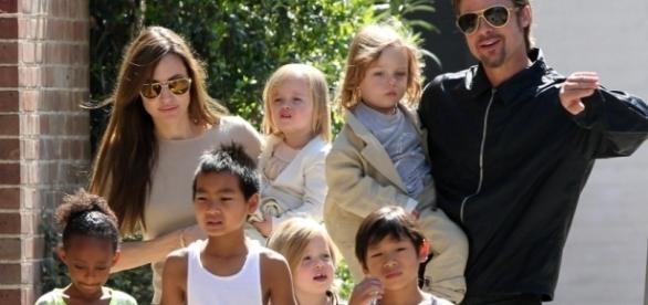 Angelina Jolie e Brad Pitt em passeio com os filhos em Nova Orleans, em 2011