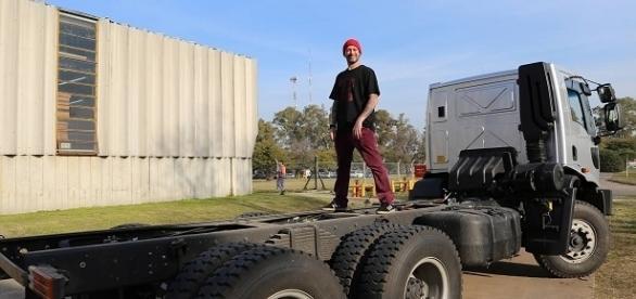 Lele en el camión que lo transportó por el país